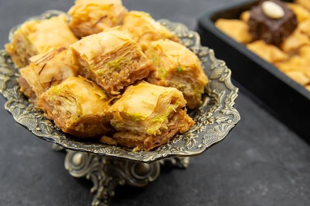 Saboroso e doce baklava em um prato decorativo
