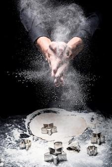 Saboroso e doce. perto de jovens mãos cozinhando biscoitos enquanto usa molde de padaria e trabalhando em restaurante.