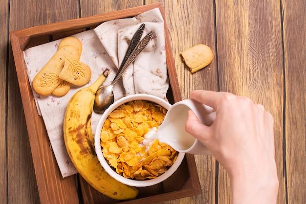 Saboroso e saudável café da manhã na bandeja de madeira