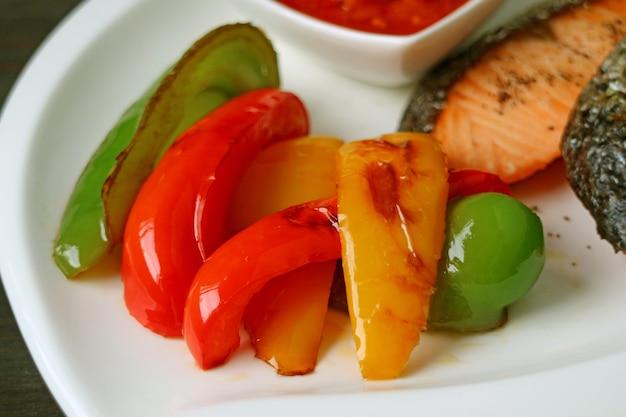 Saboroso e saudável pimentão colorido grelhado para acompanhamento de bife de salmão