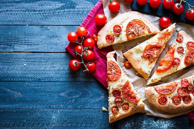 Saboroso feito à mão tomate pizza pão
