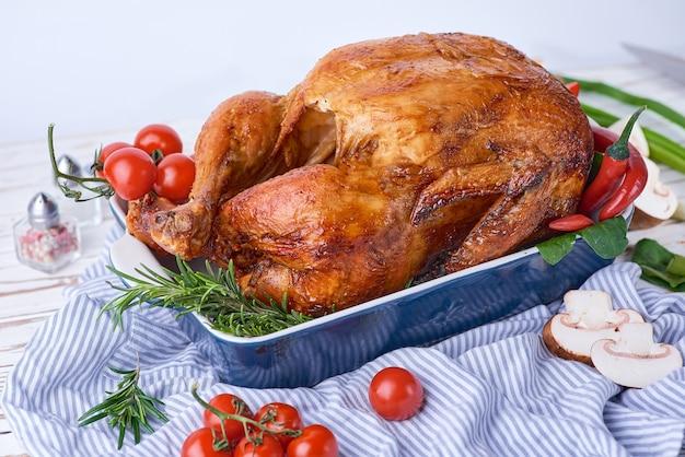 Saboroso frango suculento aromático rosted com alecrim e algumas outras ervas.