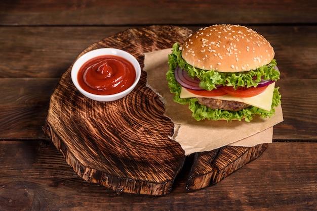 Saboroso hambúrguer caseiro grelhado com carne