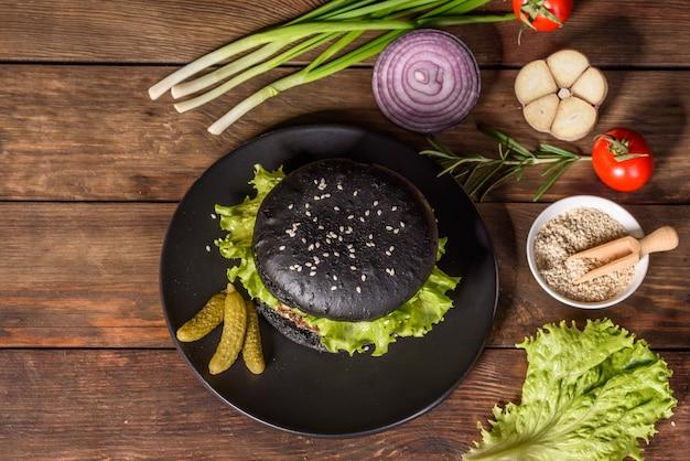 Saboroso hambúrguer caseiro grelhado. deliciosos hambúrgueres grelhados. hambúrguer de carne artesanal e batatas fritas na mesa de madeira