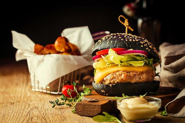 Saboroso hambúrguer clássico de carne preta grelhada com molho de alface e maionese em mesa de madeira rústica, com espaço de cópia