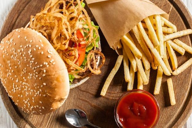 Saboroso hambúrguer com batata frita e ketchup