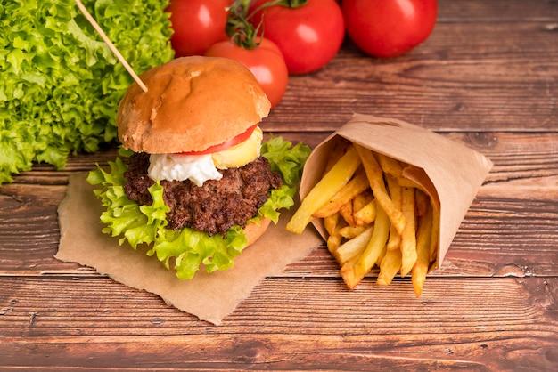 Saboroso hambúrguer com batatas fritas