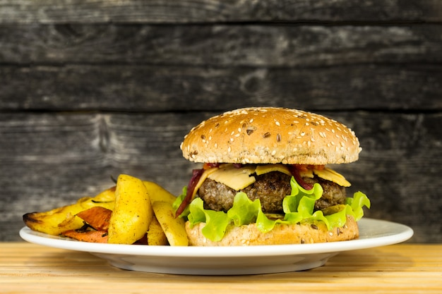 Saboroso hambúrguer de carne grelhada