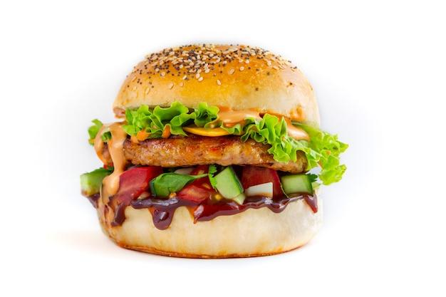 Saboroso hambúrguer de frango fresco em fundo branco