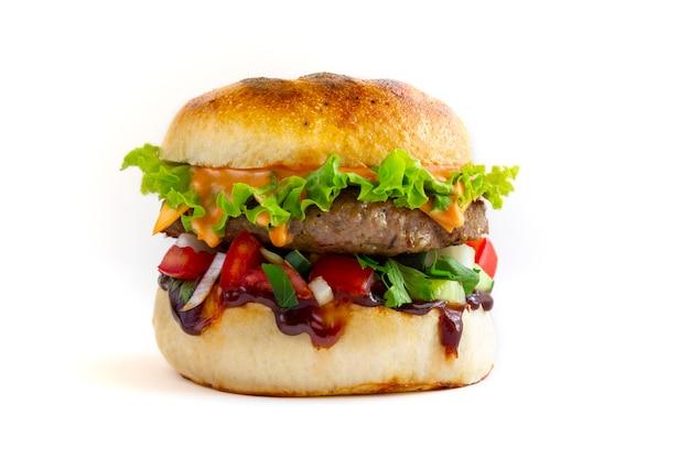 Saboroso hambúrguer de porco fresco em fundo branco