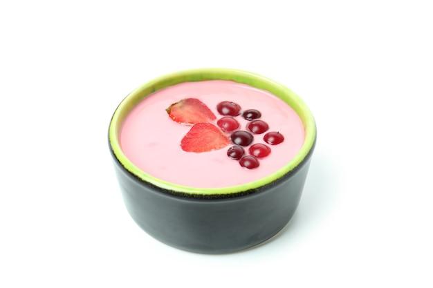 Saboroso iogurte de frutas vermelhas isolado no fundo branco