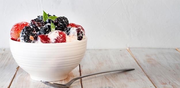 Saboroso iogurte de morango e amora