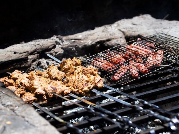 Saboroso kebab e bifes na grelha