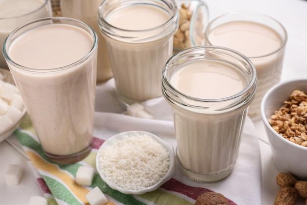 Saboroso leite vegan na mesa