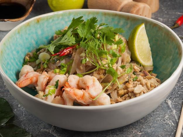Saboroso macarrão tailandês com camarão e amendoim da culinária asiática