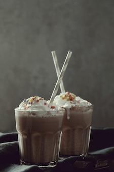 Saboroso milkshake com canudo