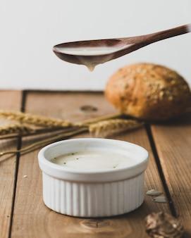 Saboroso molho de queijo caseiro ou creme