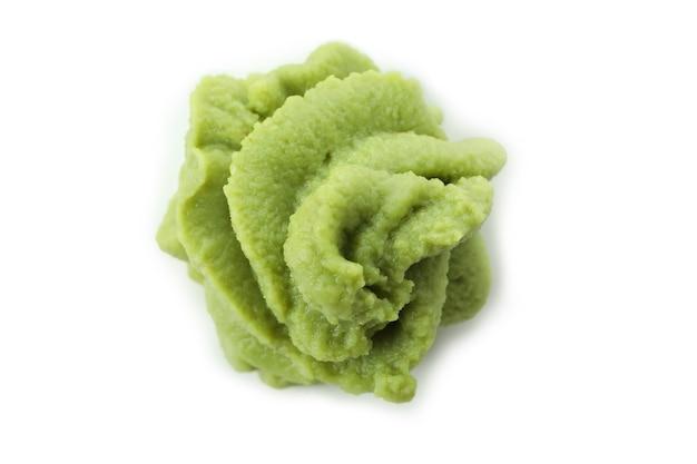 Saboroso molho de wasabi isolado no branco