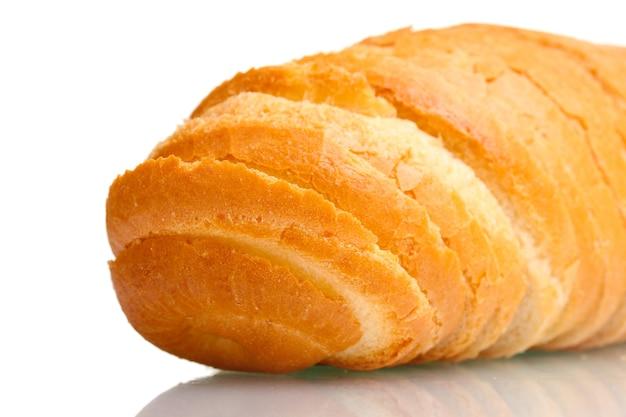 Saboroso pão branco fatiado isolado no branco