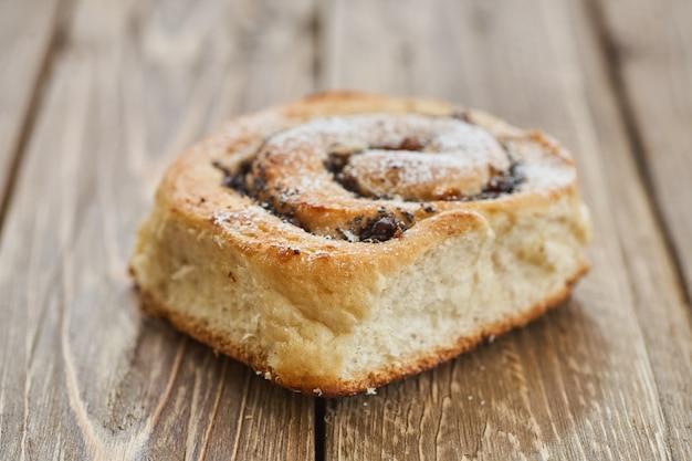 Saboroso pão com passas em uma mesa de madeira rústica marrom. padaria fresca. café da manhã.