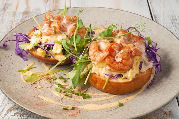 Saboroso pão de trigo com ovo de camarão e molho conceito de café da manhã