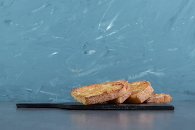Saboroso pão frito com ovo no quadro negro.