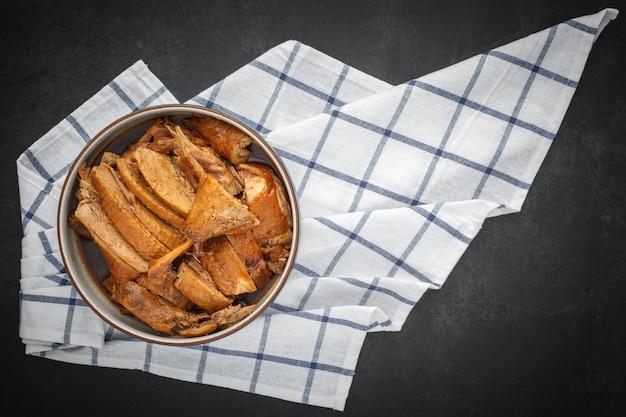Saboroso pato cozido chinês marrom em uma tigela com guardanapo