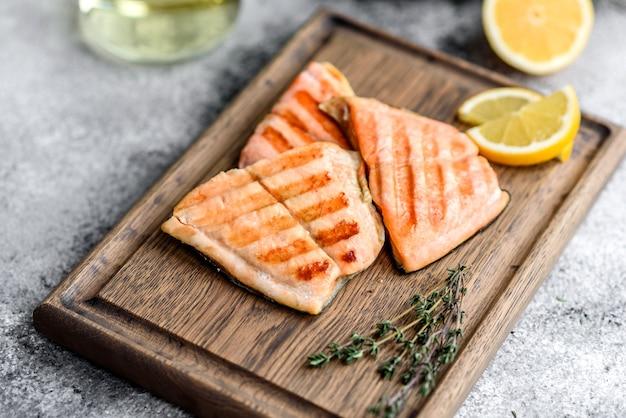 Saboroso peixe vermelho fresco do ártico assado em uma grelha. fonte de ômega, comida saudável