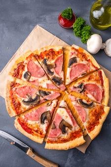 Saboroso pizza caseira cogumelos e presunto. vista do topo.
