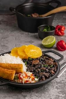 Saboroso prato brasileiro com laranja em ângulo alto