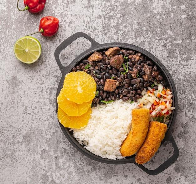 Saboroso prato brasileiro com vista de cima de laranja