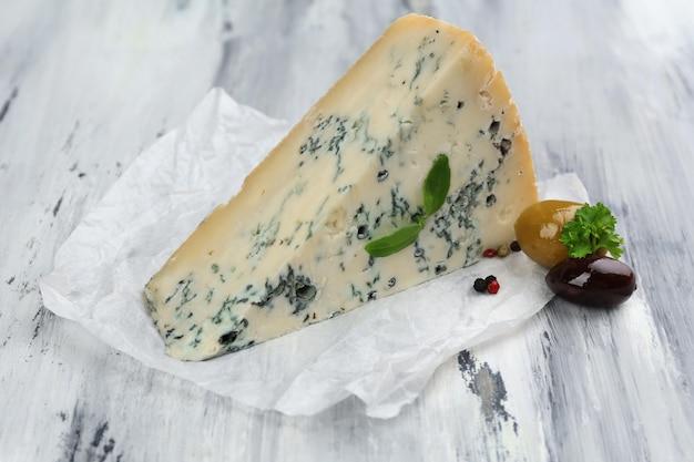 Saboroso queijo azul na velha mesa de madeira