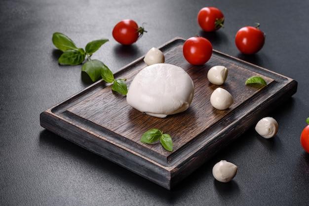 Saboroso queijo mussarela fresco para fazer salada caprese. comida mediterrânea