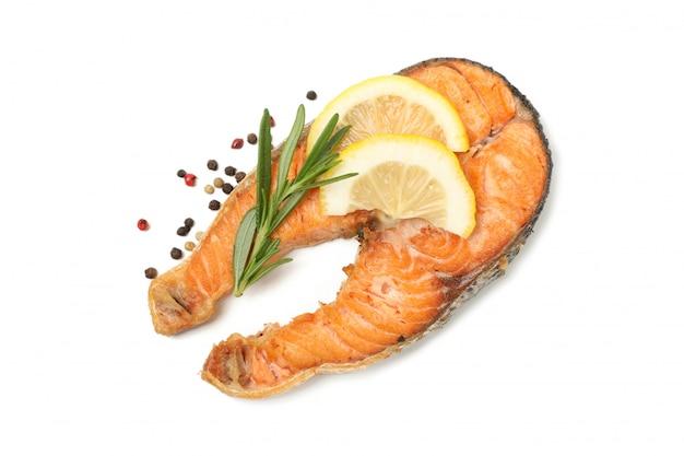 Saboroso salmão grelhado isolado no fundo branco
