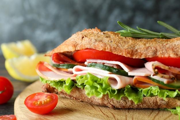 Saboroso sanduíche de ciabatta, close-up e foco seletivo