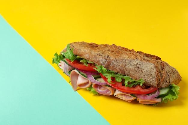 Saboroso sanduíche de ciabatta em fundo de dois tons