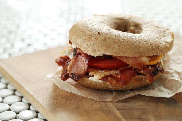 Saboroso sanduíche de pão com bacon