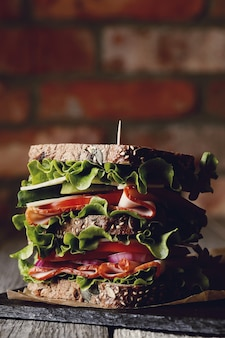 Saboroso sanduíche vegano em mesa de madeira