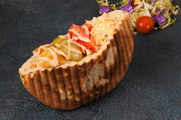 Saboroso shawarma em pita grelhado com pickles e queijo