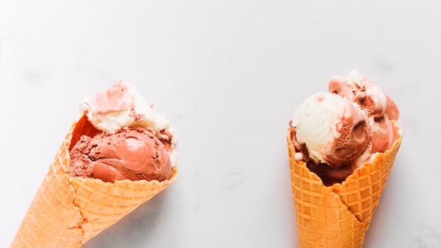 Saboroso sorvete de chocolate no cone waffle
