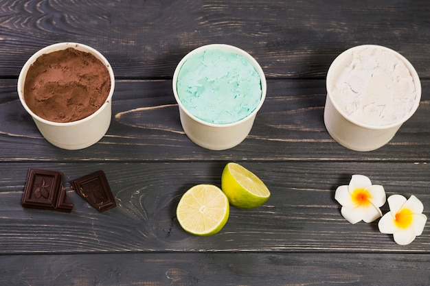 Saboroso sorvete napolitano em recipientes brancos