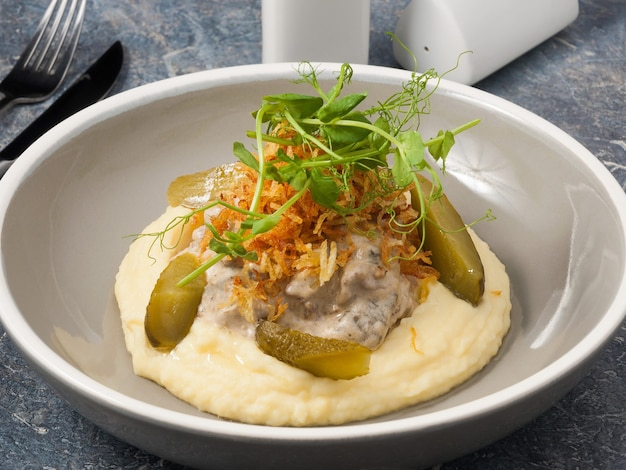 Saboroso strogonoff de carne com cogumelos selvagens e mousse de batata