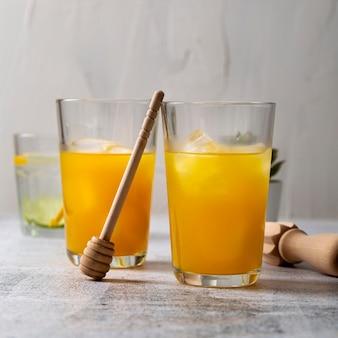 Saboroso suco de laranja com cubos de gelo