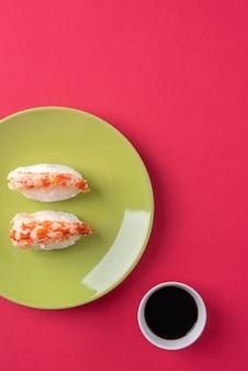 Saboroso sushi e molho de soja plano