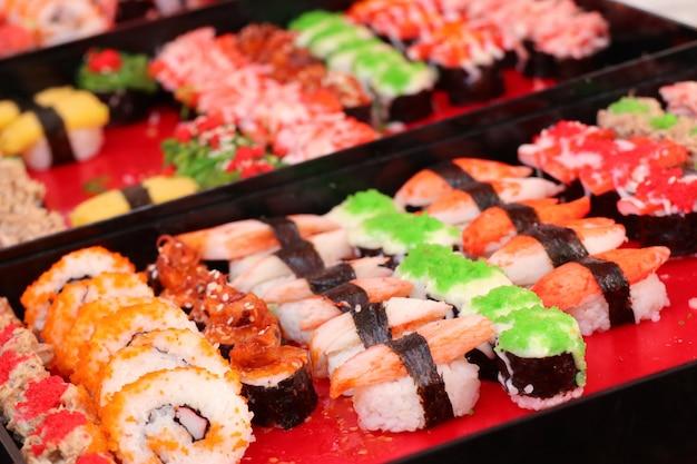 Saboroso sushi na comida de rua