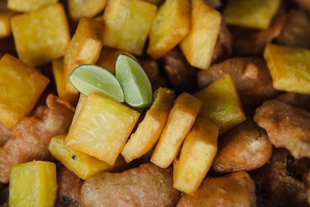 Saboroso tofu frito. comida de rua em mianmar