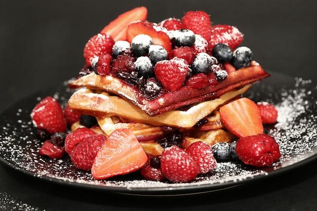 Saboroso waffle com mirtilos e morangos