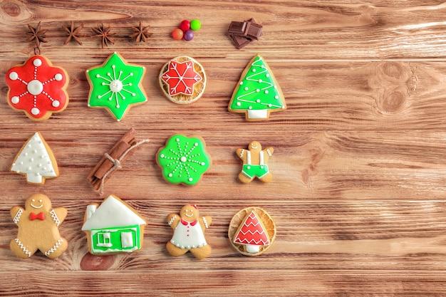 Saborosos biscoitos caseiros de natal em fundo de madeira