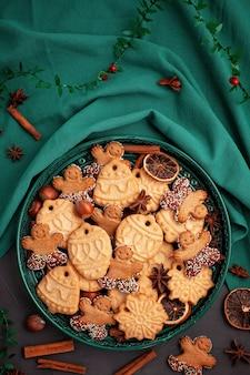 Saborosos biscoitos caseiros de natal no prato verde.
