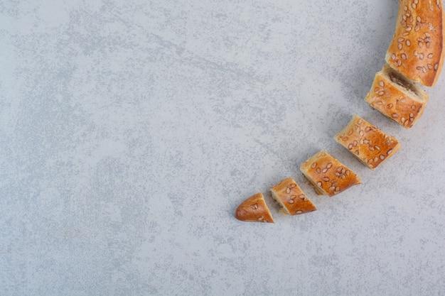 Saborosos biscoitos caseiros em fundo cinza